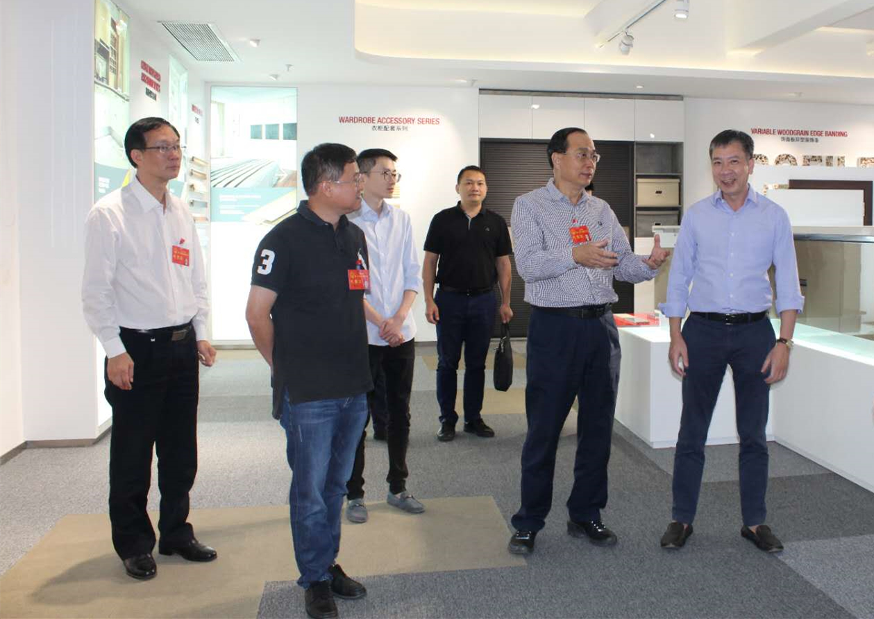 Comrade He Yuepei, Vice Chairman of Dongguan Municipal People's Congress, visited Huali Corporation for investigation.